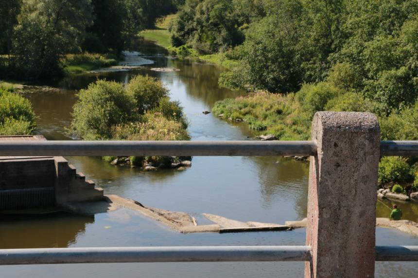 Tönnön sillalta on huikea näkymä Porvoojoelle ja padottuun koskeen.