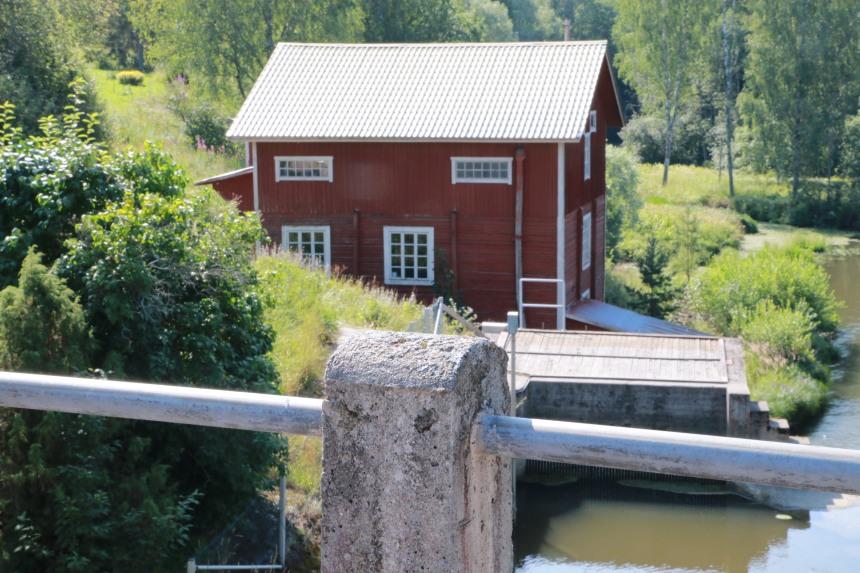 Tönnön museosillan välittömässä läheisyydessä on Tönnön mylly, joka on edelleen toiminnassa.