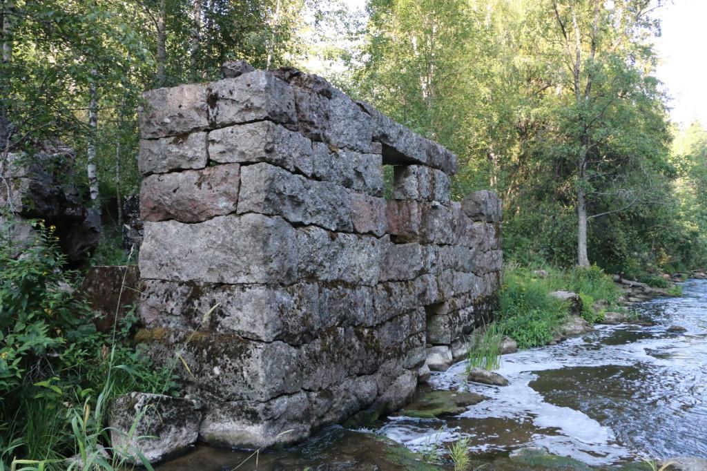 Myllynkulman vanhan myllyn raunioita.