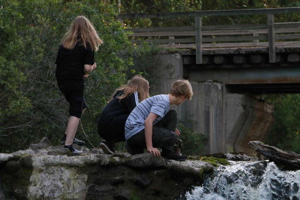 Lapset ihailevat veden pauhua Myllykulmankosken putouksella Orimattilassa