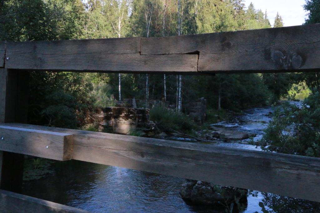 Myllykulmankosken sillalta näkee hyvin kosken partaalla sijaitsevat vanhat myllyn rauniot.