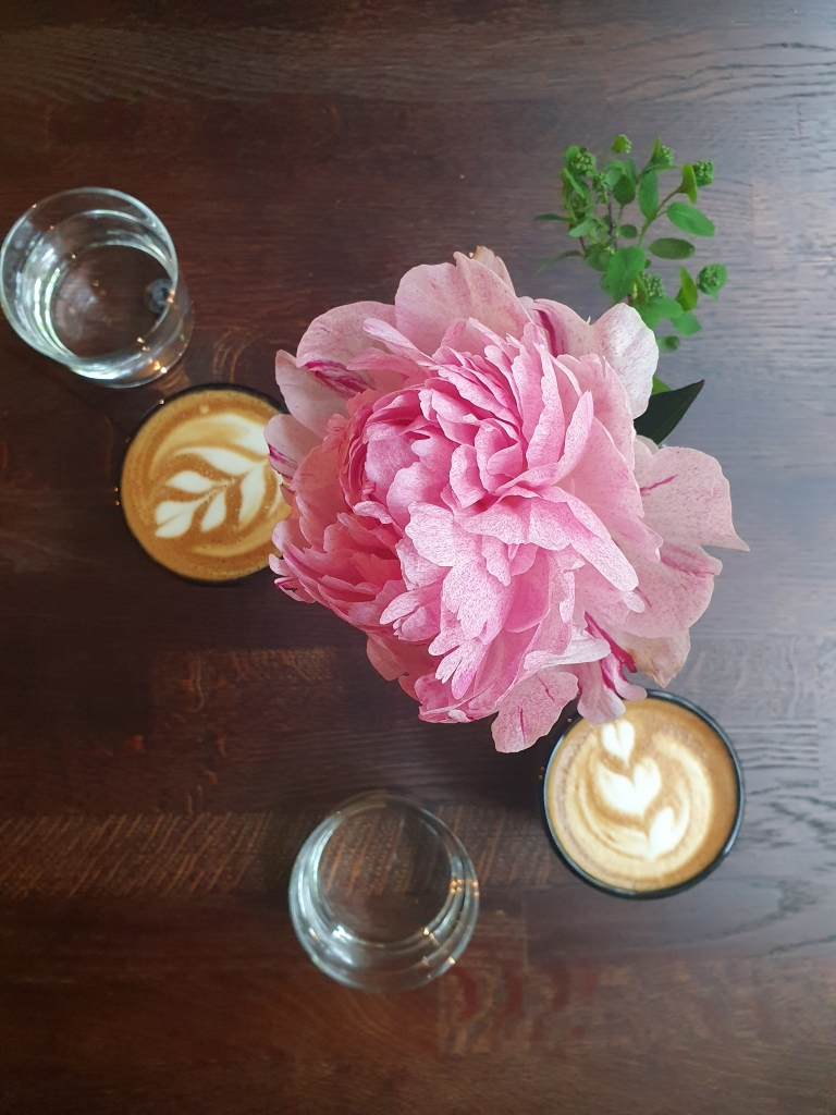 Pöydällä kaksi kuppia Kahiwa Coffee & Wine kahvilan cappuccinoa