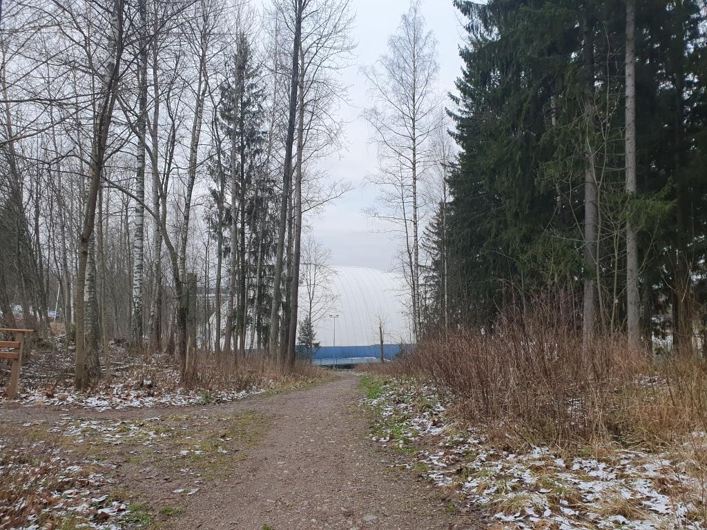 Tanssimäen puiston jälkeiselle polkuosuudella ohitetaan mm. kuplahalli Mukkulan liikunta-alueella.